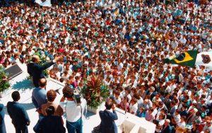 J. A. Parmegiani O líder da LBV fala da marquise do primeiro prédio do Conjunto do Templo da Boa Vontade, inaugurado em 27 de maio de 1986, diante de uma multidão que superlotava o local.
