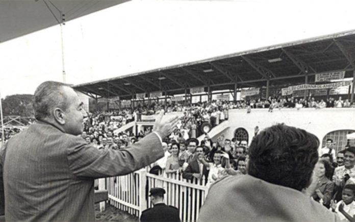 Arquivo BV A multidão saúda Alziro Zarur, a 7 de Setembro de 1959, no antigo Hipódromo do Bonfim, em Campinas/SP, hoje Praça Legião da Boa Vontade, durante a Proclamação do Novo Mandamento de Jesus.