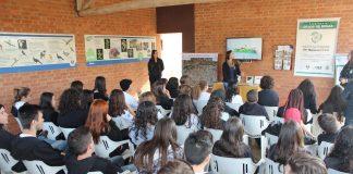 Legenda: NEA recebe alunos da região de Guaxupé para o DIA C. Divulgação