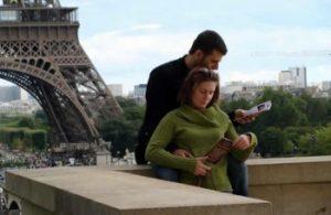 Danilo Parmegiani Jovens parisienses lêem folheto com mensagem do dirigente da LBV, Paiva Netto