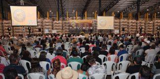 Legenda: Na preparação para a colheita, cooperados participam de palestras com equipe da Cooxupé. Crédito: Divulgação